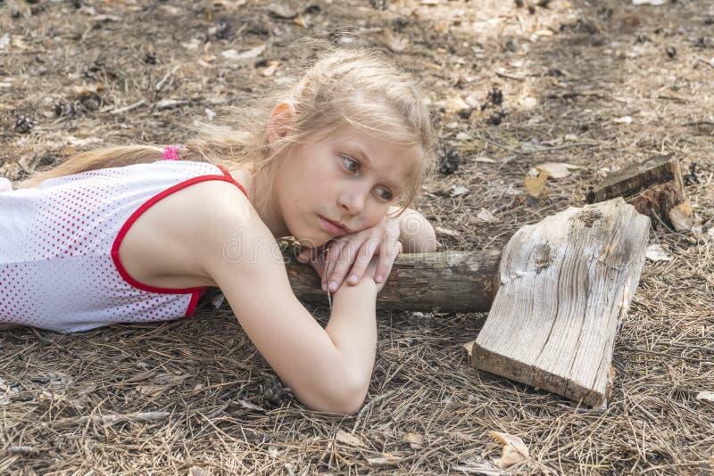 Het bezorgde kind ligt op de grond royalty-vrije stock afbeelding
