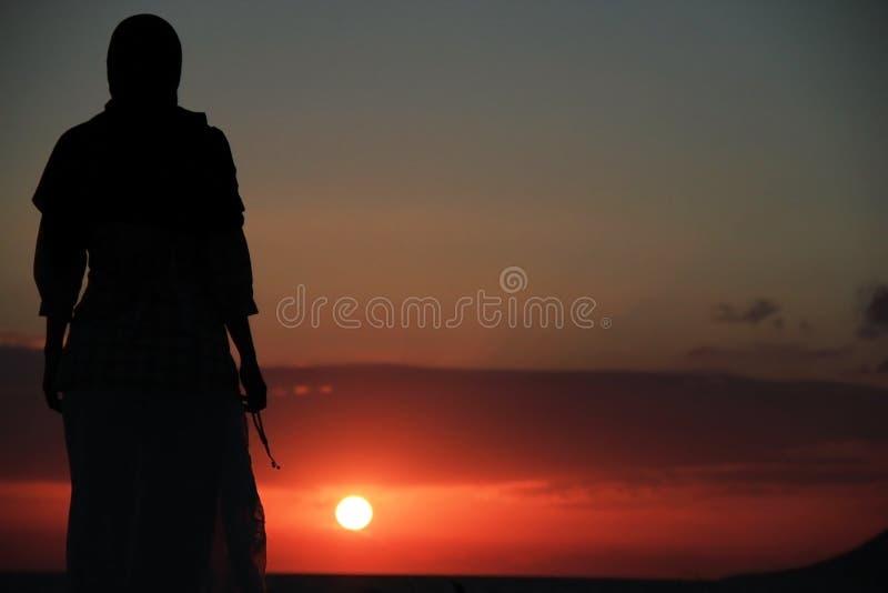 Het bidden bij zonsondergang royalty-vrije stock fotografie