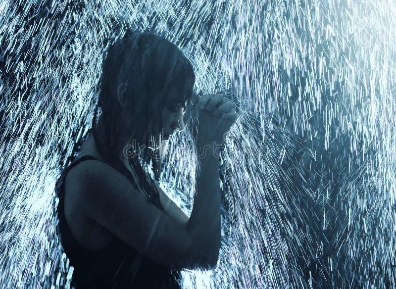 Het bidden in de Regen stock fotografie