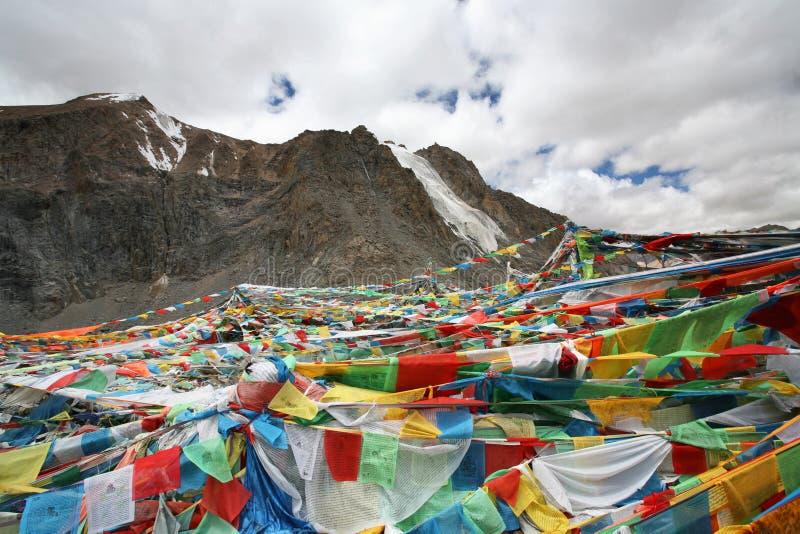 Het bidden de vlaggen zetten Troep Rinpoche (Kailash) op royalty-vrije stock foto's