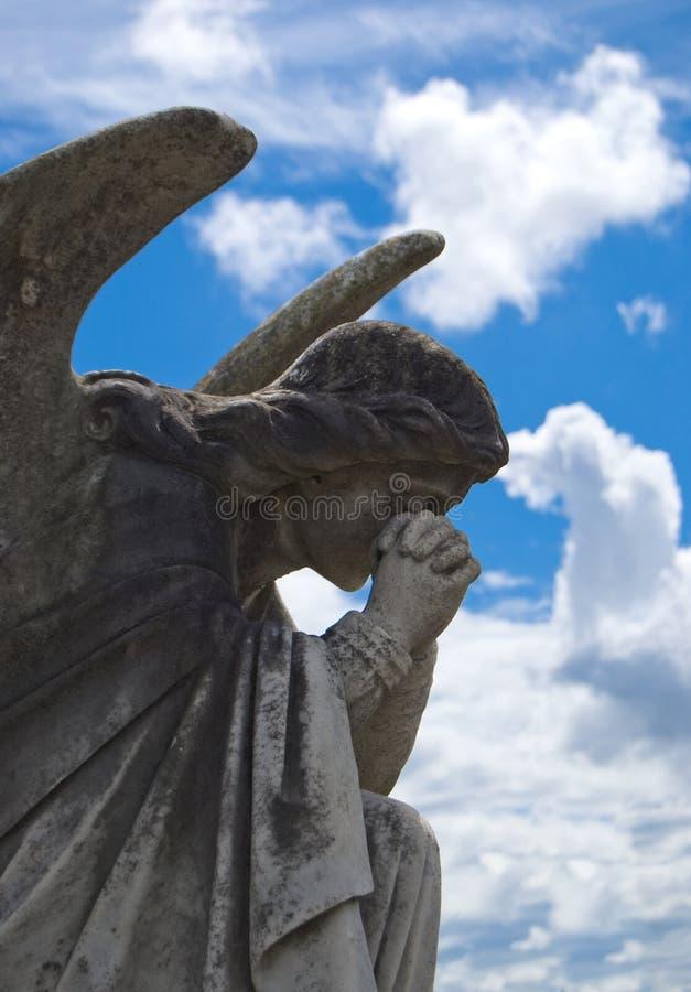 Het bidden engel - standbeeld stock afbeelding