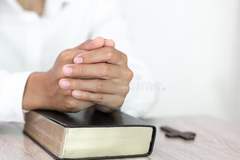 Het bidden Handen De Avondmaaltherapie zegent God die Katholieke Pasen Lent Mind Pray helpen spien hebben Christian Religion-conc stock afbeelding