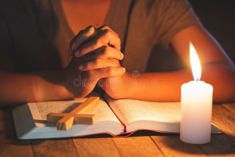Het bidden Handen De Avondmaaltherapie zegent God die Katholieke Pasen Lent Mind Pray helpen spien hebben Christian Religion-conc stock foto