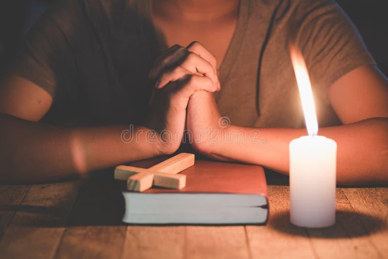 Het bidden Handen De Avondmaaltherapie zegent God die Katholieke Pasen Lent Mind Pray helpen spien hebben Christian Religion-conc royalty-vrije stock afbeeldingen