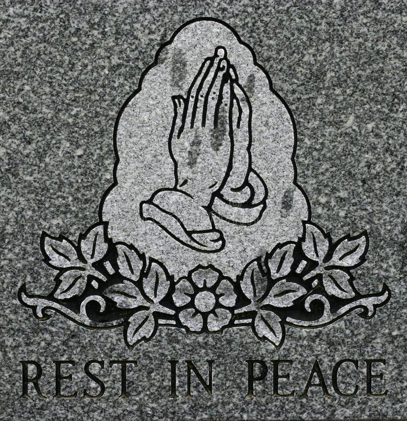 Het bidden handen die met Rust in de inschrijving van de Vrede etsen stock fotografie