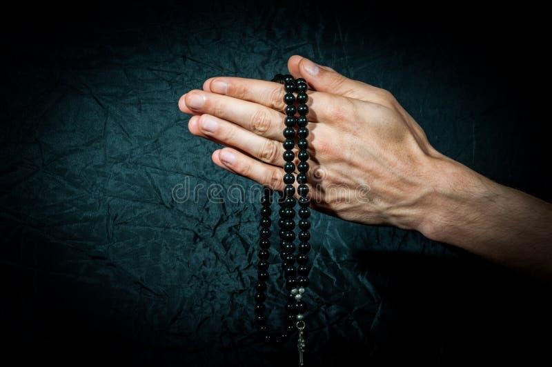 Het bidden handen met rozentuin royalty-vrije stock afbeelding