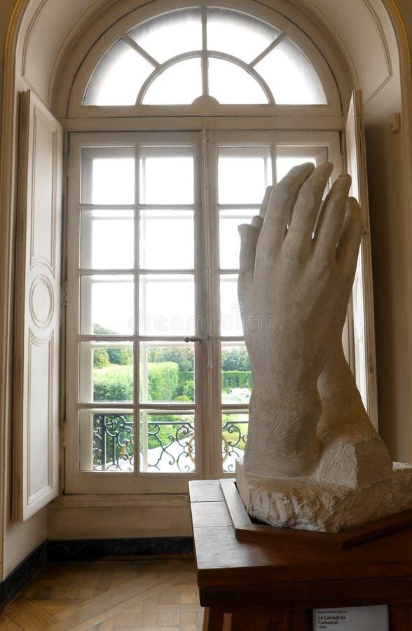 Het bidden Handenbeeldhouwwerk door Rodin stock foto's