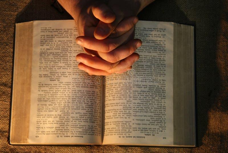 Het bidden Handenbijbel royalty-vrije stock afbeelding