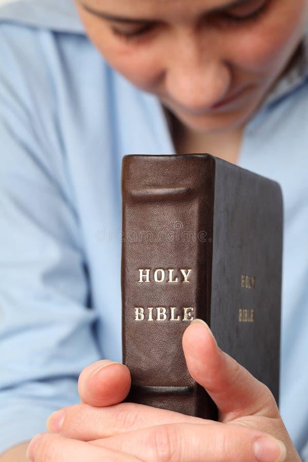 Het bidden met de Bijbel royalty-vrije stock afbeeldingen