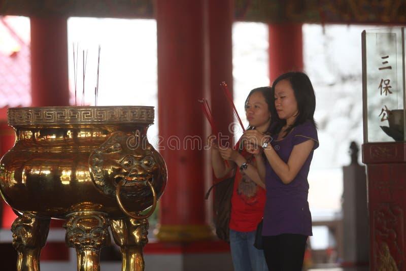 Het bidden in SAM-poo kong tempel stock afbeeldingen
