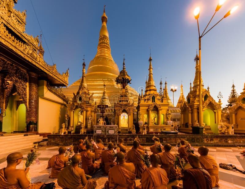 Het bidden Shwedagon Pagode Yangon in Myanmar royalty-vrije stock afbeeldingen
