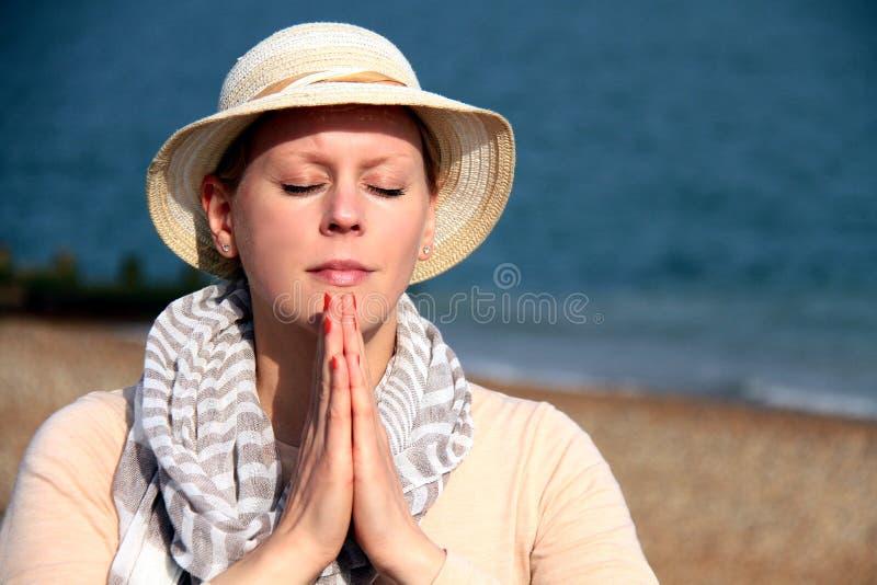 Het bidden van de vrouw royalty-vrije stock afbeeldingen