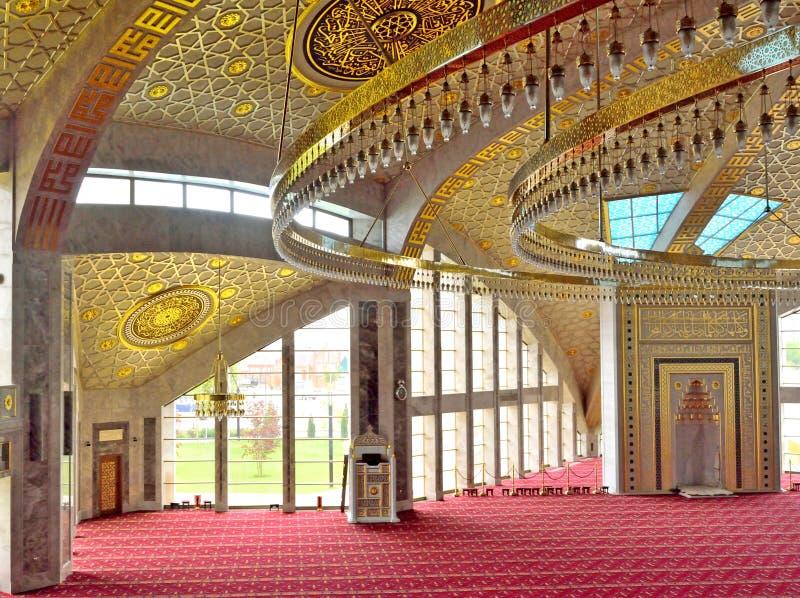 Het bidden zaal in de moskee in de Tchetcheense Republiek stock fotografie
