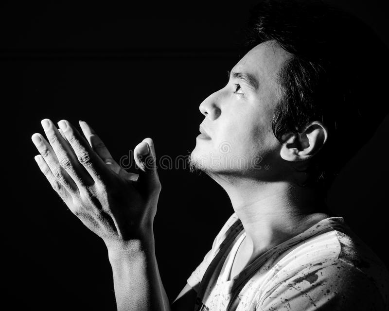 Het bidden in zwart-wit. stock afbeeldingen