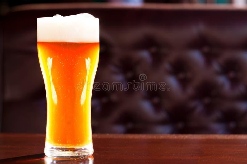 Het bier in een glas in de bar is op de lijst stock fotografie