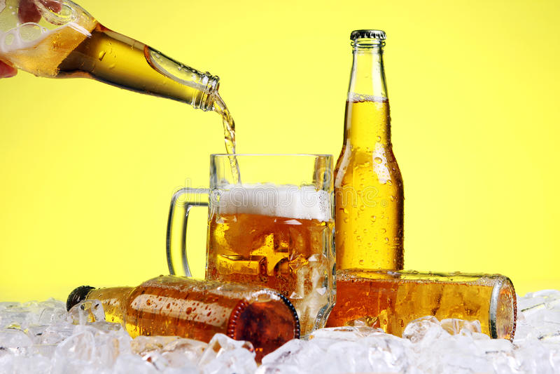 Het bier giet in glas royalty-vrije stock afbeelding