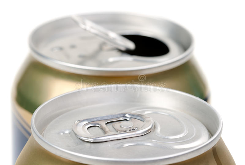 Het bier kan op witte achtergrond stock fotografie