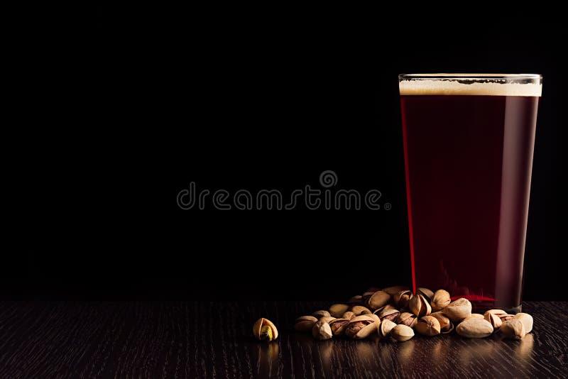 Het bier rode aal en de snacks stock afbeelding