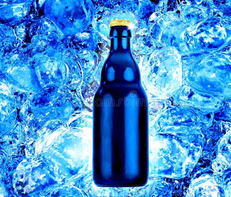 Het bier van de fles op vers blauw ijs stock afbeelding