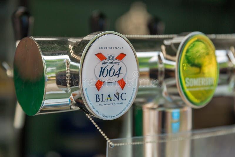Het bier van Kronenbourgblanc bij het Festival van het Atlasweekend in Kiev, de Oekraïne royalty-vrije stock afbeelding