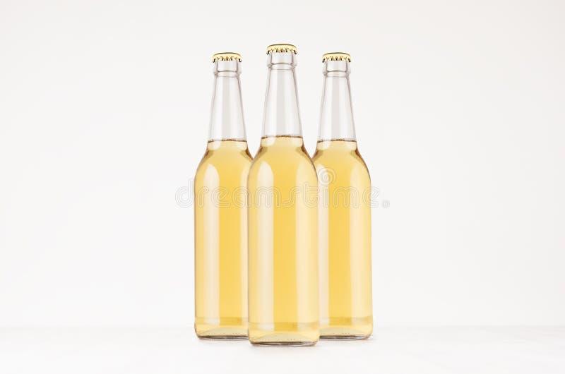 Het bierfles 500ml van groeps omhoog bespot de transparante longneck met lagerbier, royalty-vrije stock foto