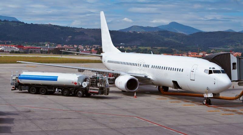 Het bijtanken van een vliegtuig royalty-vrije stock foto