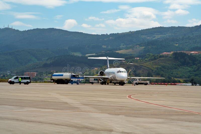 Het bijtanken van een vliegtuig stock afbeelding