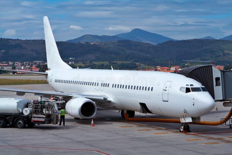 Het bijtanken van een vliegtuig royalty-vrije stock afbeeldingen