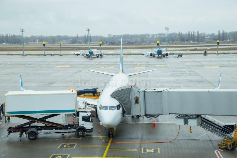 Het bijtanken van het vliegtuig aan de luchthaven in Boryspil 2017 stock afbeelding