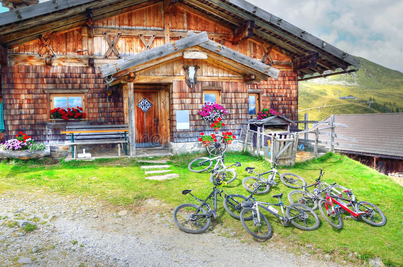 Het biking van de berg stock afbeeldingen
