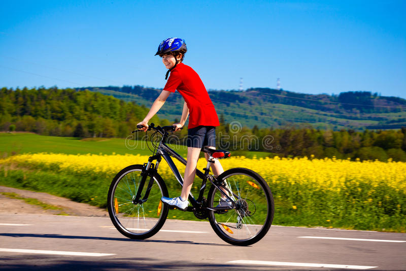 Het biking van de jongen royalty-vrije stock afbeeldingen