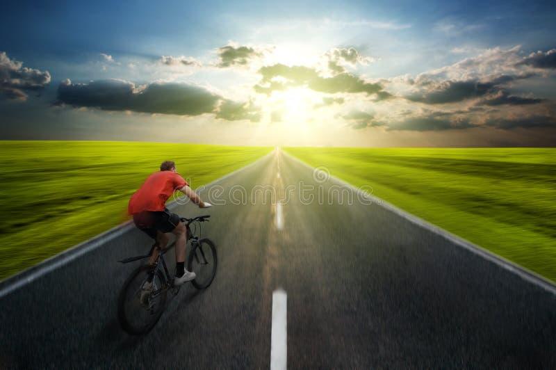 Het biking van de mens royalty-vrije stock afbeelding