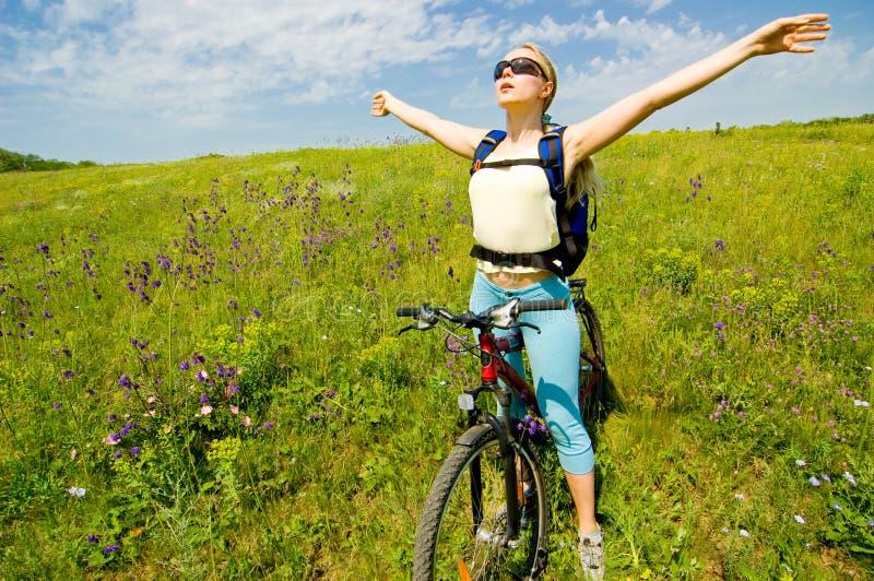 Het biking van het meisje stock afbeelding