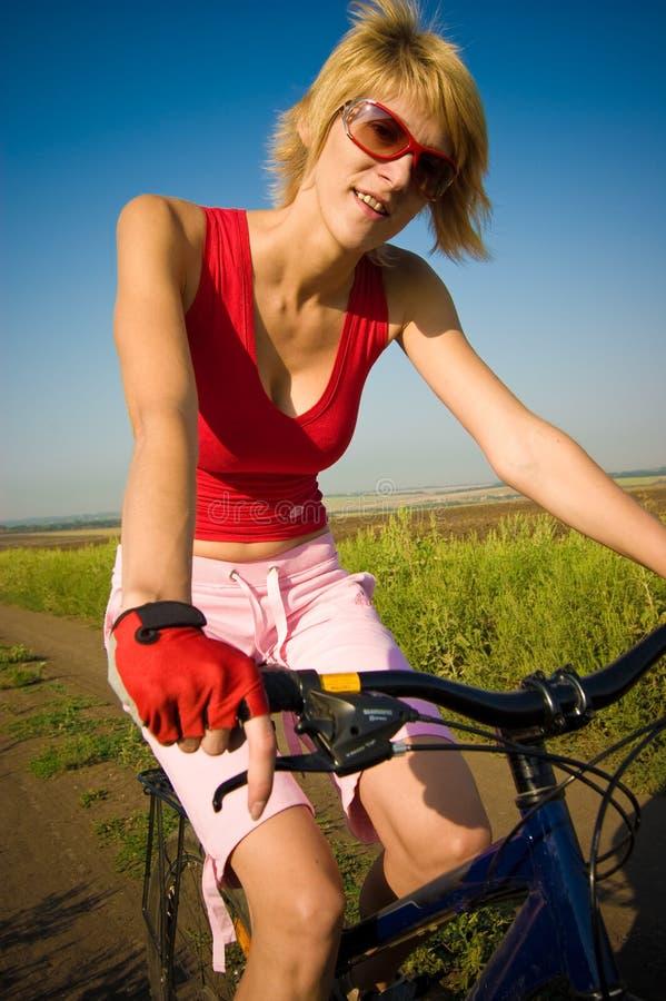 Het biking van het meisje stock fotografie
