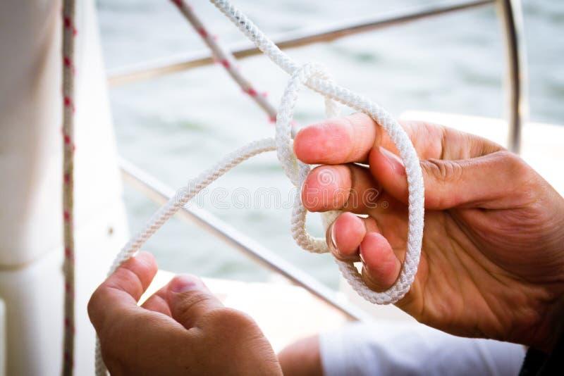 Het binden van een zeemansknoop royalty-vrije stock foto