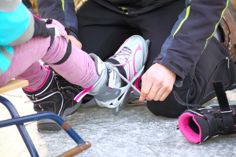 Het binden van kant van ijshockey schaatst het schaatsen piste stock foto