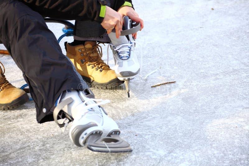 Het binden van kant van ijshockey schaatst het schaatsen piste royalty-vrije stock afbeeldingen