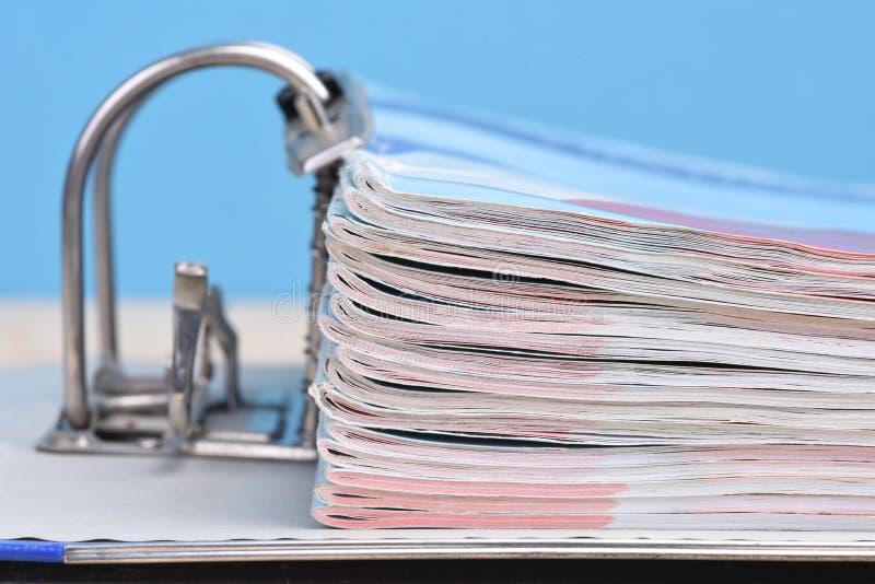 Het bindmiddel van de bureauring met documentatie stock fotografie