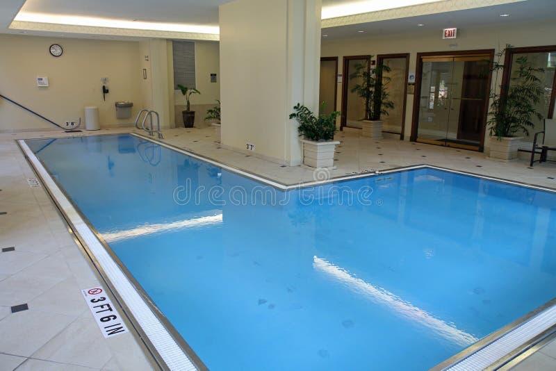 Het binnen zwembad van Upscale royalty-vrije stock afbeeldingen