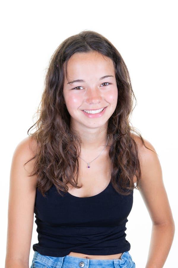 Het binnenbeeld van jonge knappe die tiener op witte achtergrond in zwart toevallig T-shirtgevoel wordt geïsoleerd ontspande en royalty-vrije stock foto