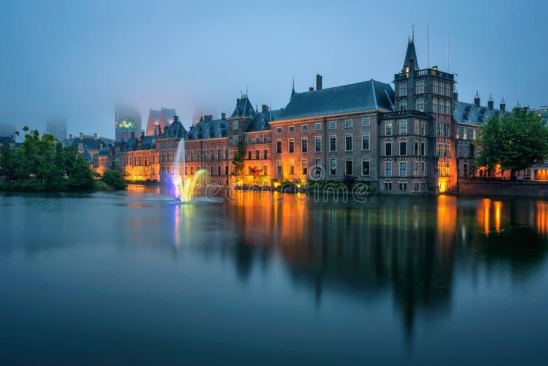 Het Binnenhof-paleis in een mistige avond in Den Haag, Nederland stock foto's