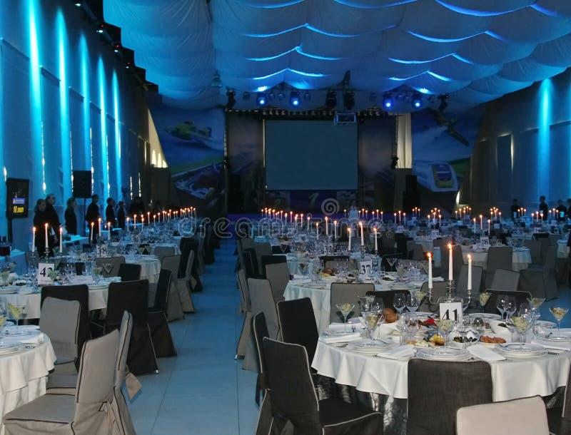 Het binnenland van het buffet in mariene stijl grote plechtige Banketzaal in een zeevaartstijl in blauwe lichten stock afbeelding