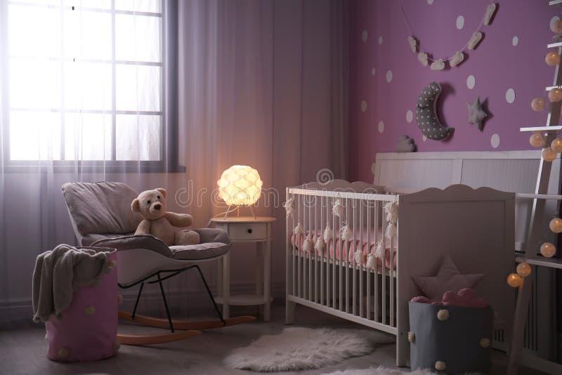 Het binnenland van de babyruimte met voederbak dichtbij muur stock fotografie