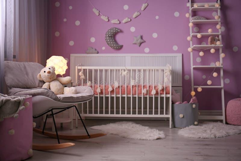 Het binnenland van de babyruimte met voederbak dichtbij muur stock afbeeldingen