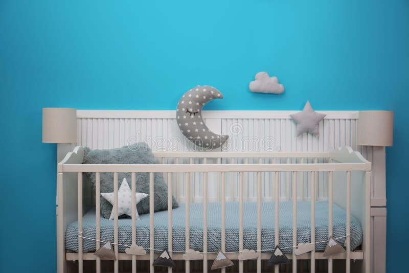 Het binnenland van de babyruimte met voederbak dichtbij muur royalty-vrije stock afbeeldingen