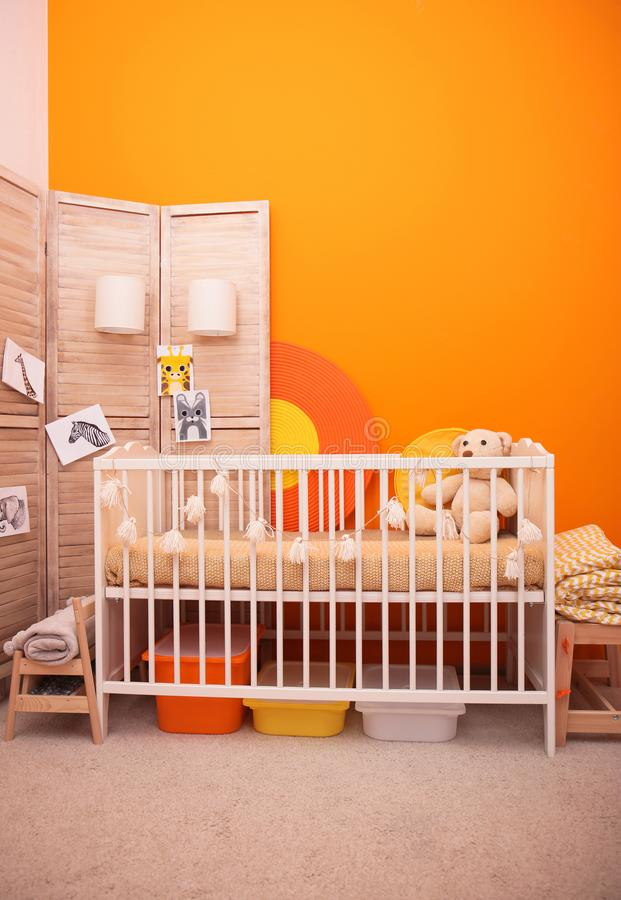 Het binnenland van de babyruimte met voederbak dichtbij muur stock foto
