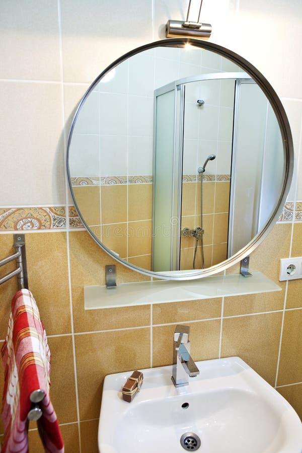 Het binnenland van de badkamers stock afbeelding