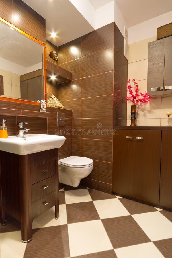 Het binnenland van de badkamers met bruine en beige tegels for Bruine tegels