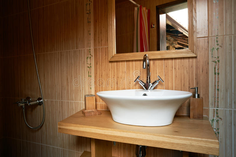 Het binnenland van de badkamers met houten thema stock afbeelding