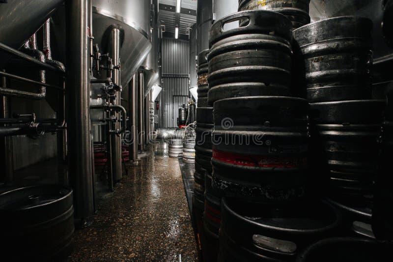 Het binnenland van de brouwerij Moderne Bierfabriek Rijen van staal royalty-vrije stock foto